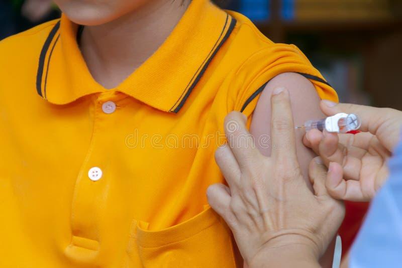 Get vacinou na idade prescrita Vacinação para meninas ao preve foto de stock