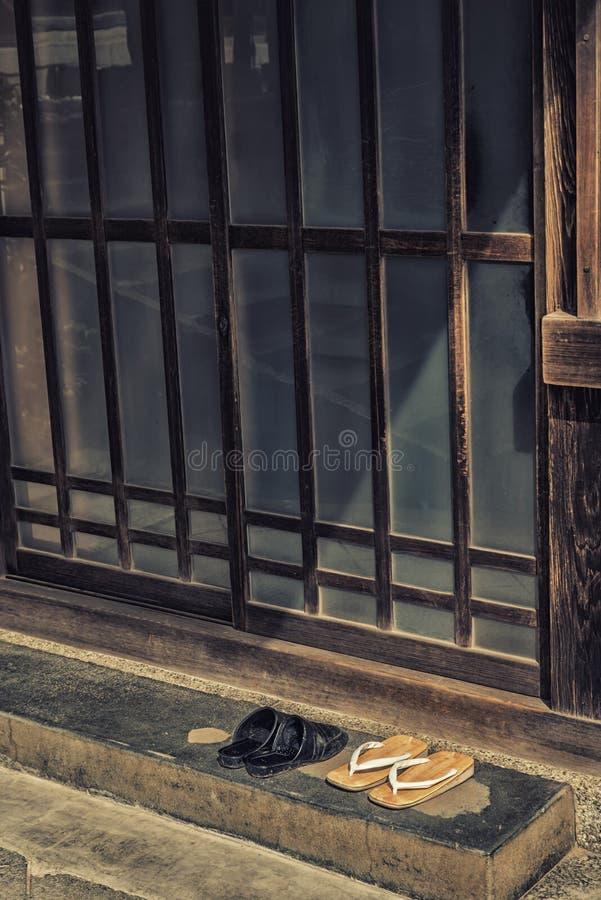 Geta σανδάλια στην ιαπωνική συρόμενη πόρτα στοκ εικόνες
