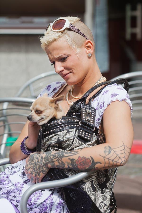 Getatoe?ërde vrouw met een hond in de handtas royalty-vrije stock foto