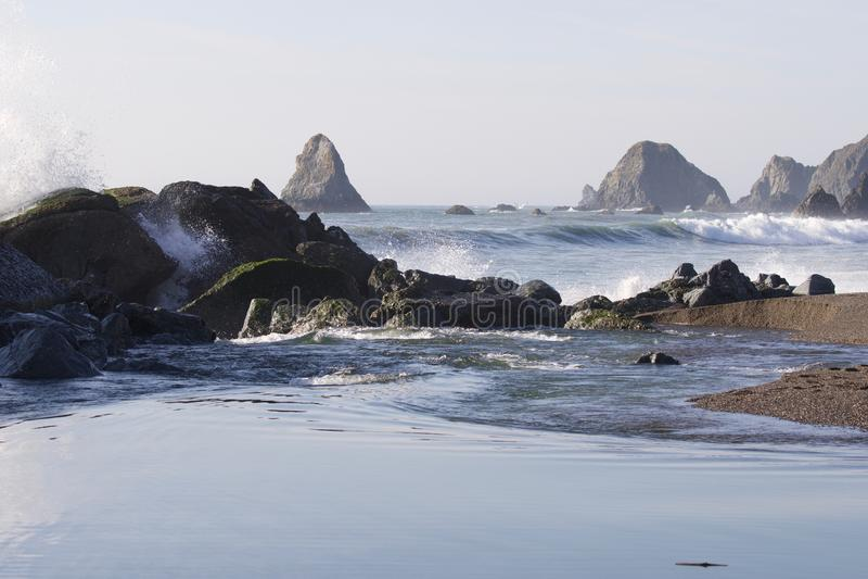 Geten vaggar stranden - nordvästliga Sonoma County, Kalifornien, är munnen av den ryska floden arkivbilder