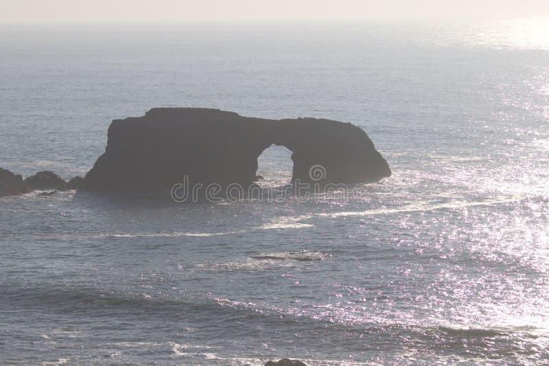 Geten vaggar stranden - nordvästliga Sonoma County, Kalifornien, är munnen av den ryska floden arkivfoton