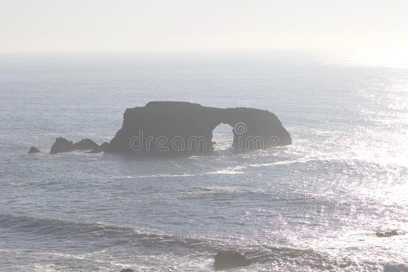Geten vaggar stranden - nordvästliga Sonoma County, Kalifornien, är munnen av den ryska floden arkivfoto