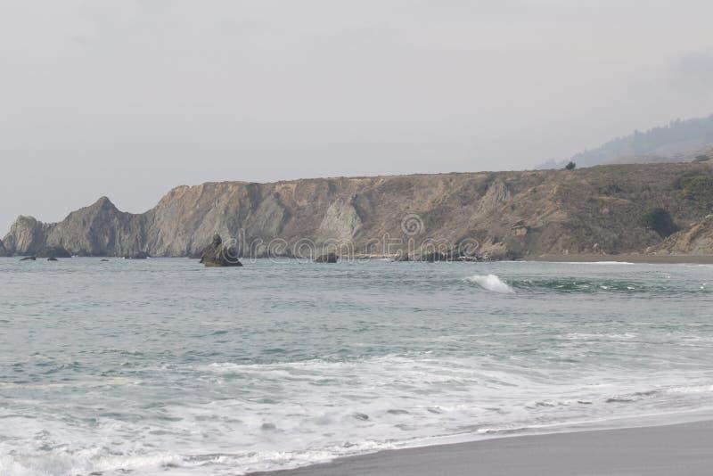 Geten vaggar stranden - nordvästliga Sonoma County, Kalifornien, är munnen av den ryska floden arkivbild