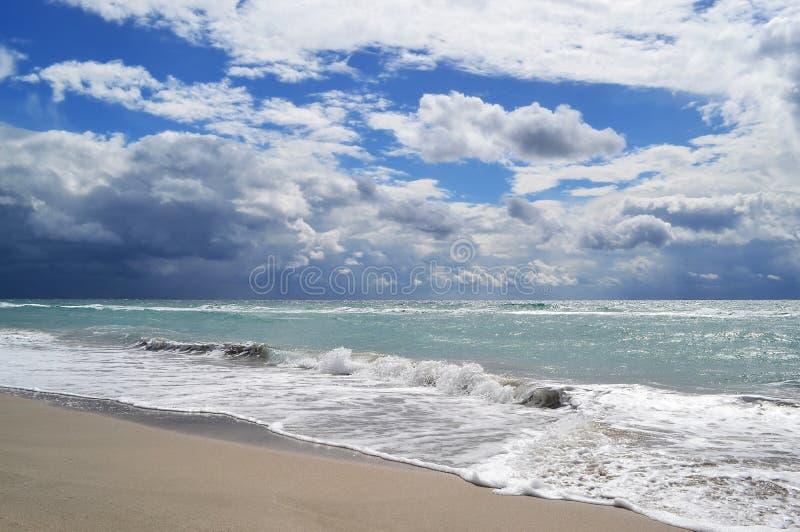 Getijde op het strand en het komende onweer royalty-vrije stock fotografie