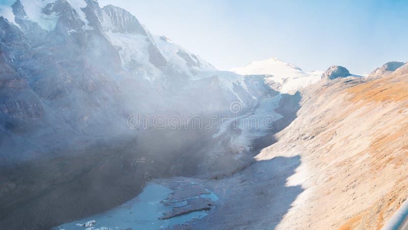 Getitng del ghiacciaio alpino più piccolo perché mutamento climatico fotografia stock