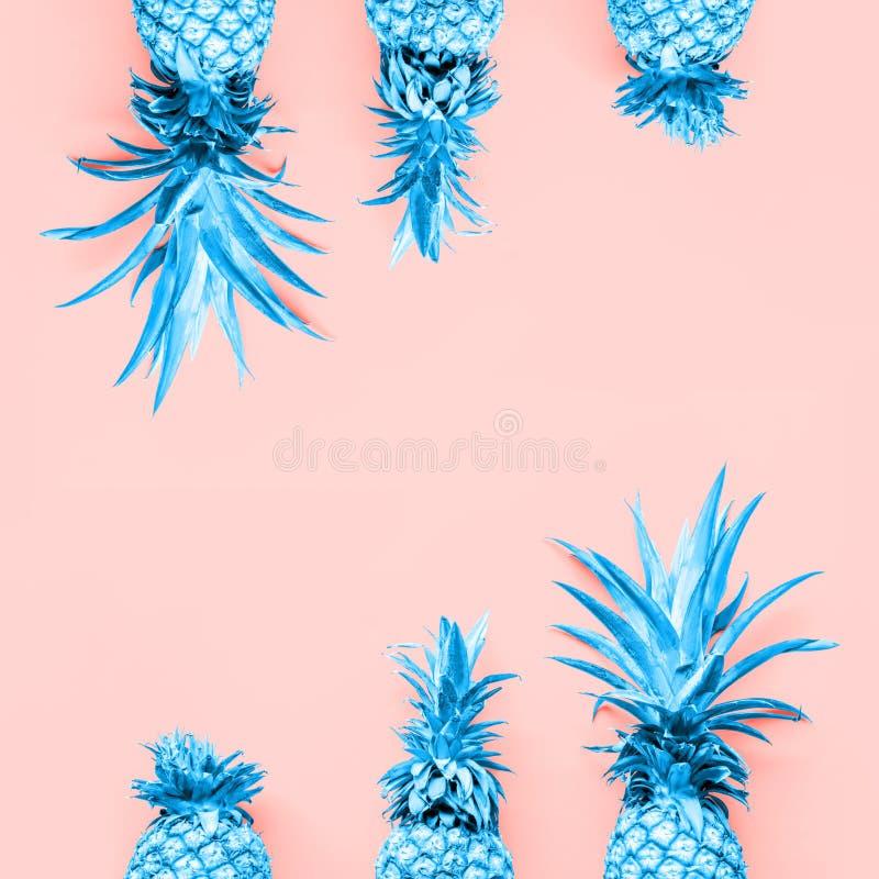 Getonte Ananas am korallenroten festen Tropfen stockbild