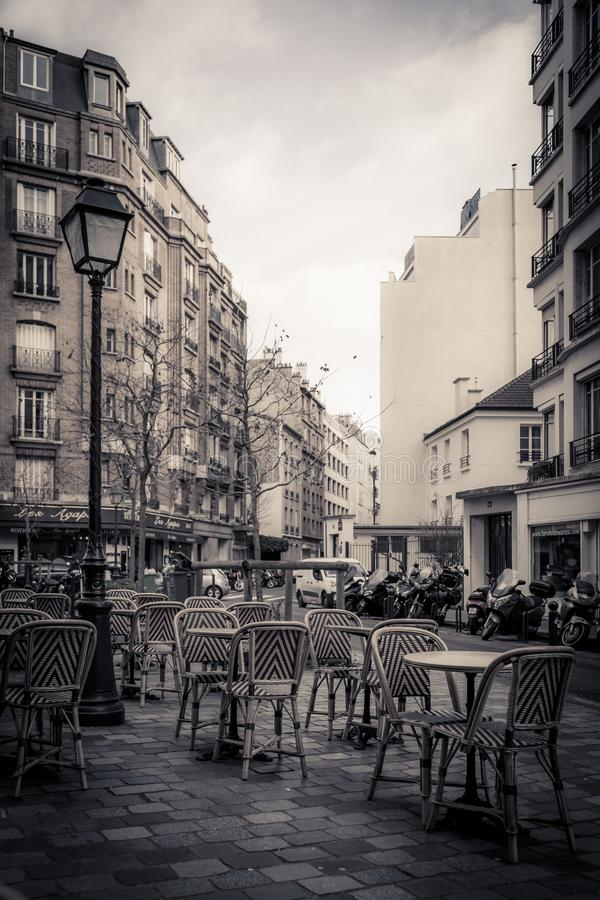 Getontes einfarbiges Bild eines Straßencafés in Paris stockbild