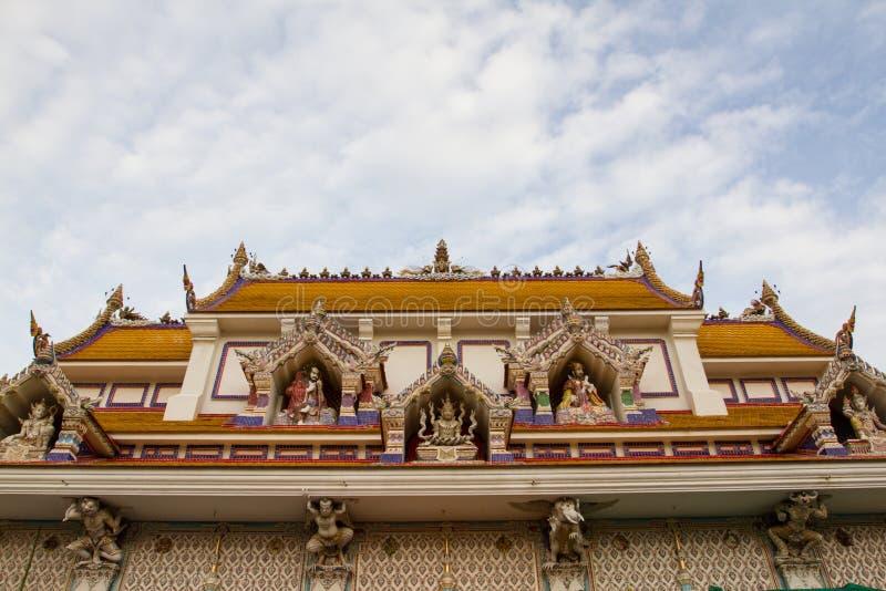 Getoond de hemelkoninkrijk van Wat Pariwat Temple dak met vele god stat royalty-vrije stock afbeelding