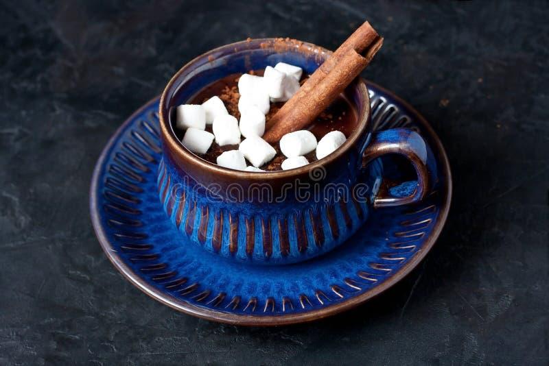 Getränk der heißen Schokolade mit Gewürzen auf dunklem Hintergrund lizenzfreie stockbilder