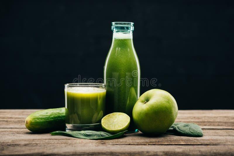 Getränk des neuen Lebensmittels und des Detox lizenzfreie stockfotos