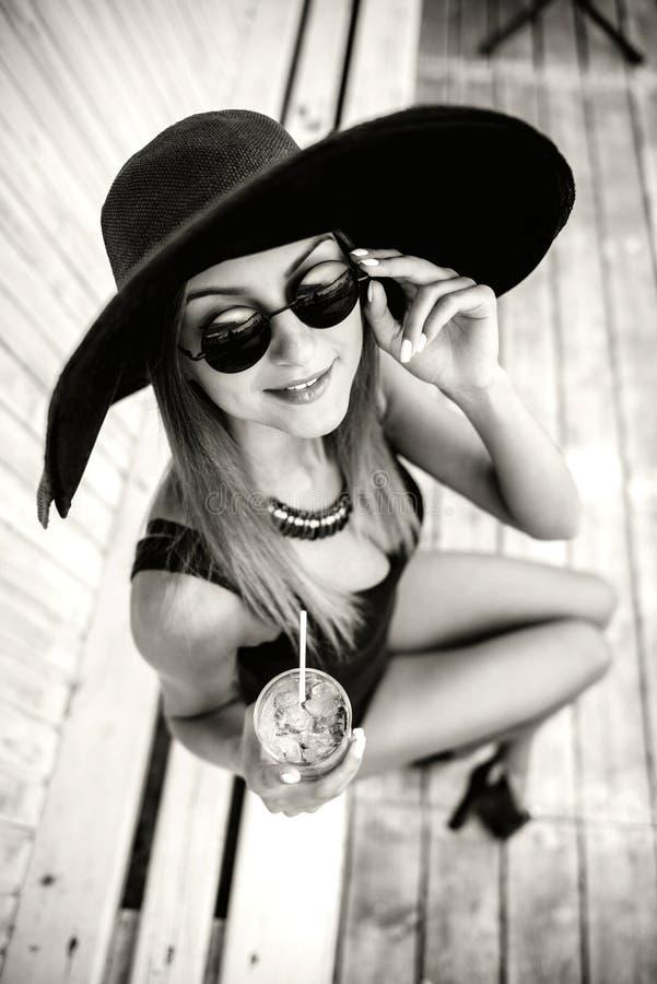 Getränk des recht jungen Mädchens kaltes coctail im Freien im Strandcafé stockfotos