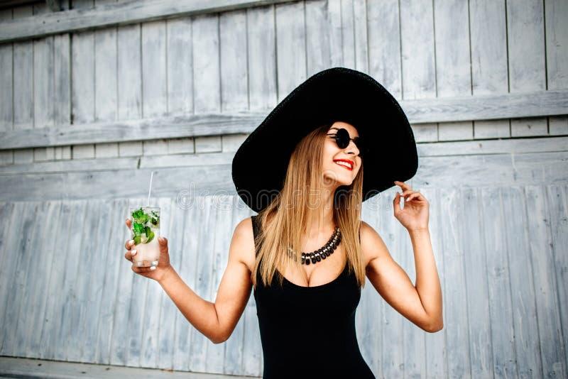Getränk des recht jungen Mädchens kaltes coctail im Freien im Strandcafé stockfoto