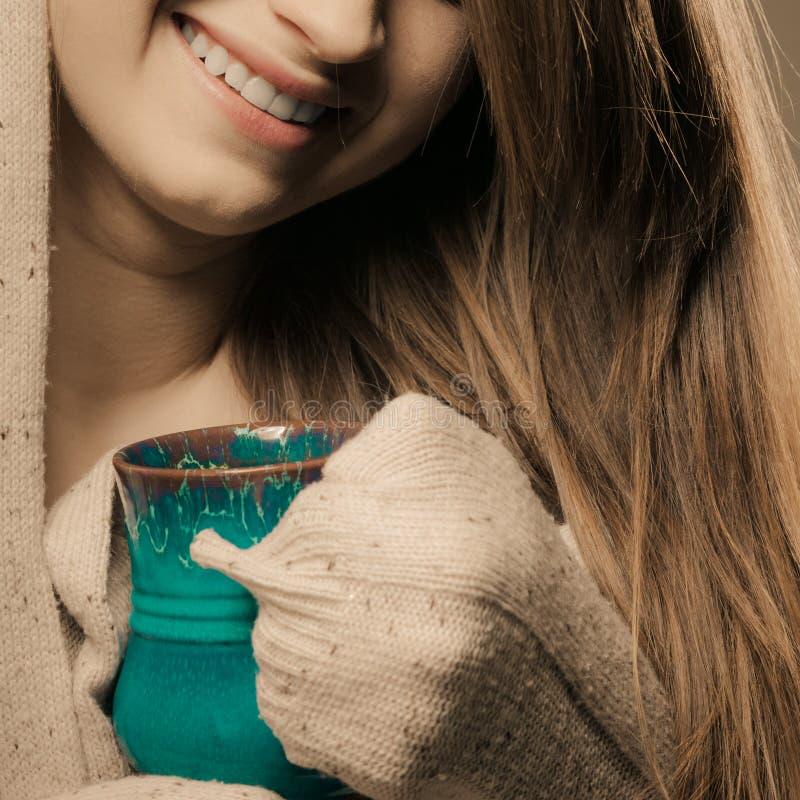 getränk Mädchen, das heißen Getränkteekaffee von der Schale trinkt stockbilder