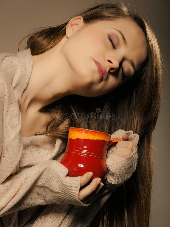 getränk Mädchen, das Schalenbecher heißen Getränktee oder -kaffee hält lizenzfreie stockbilder