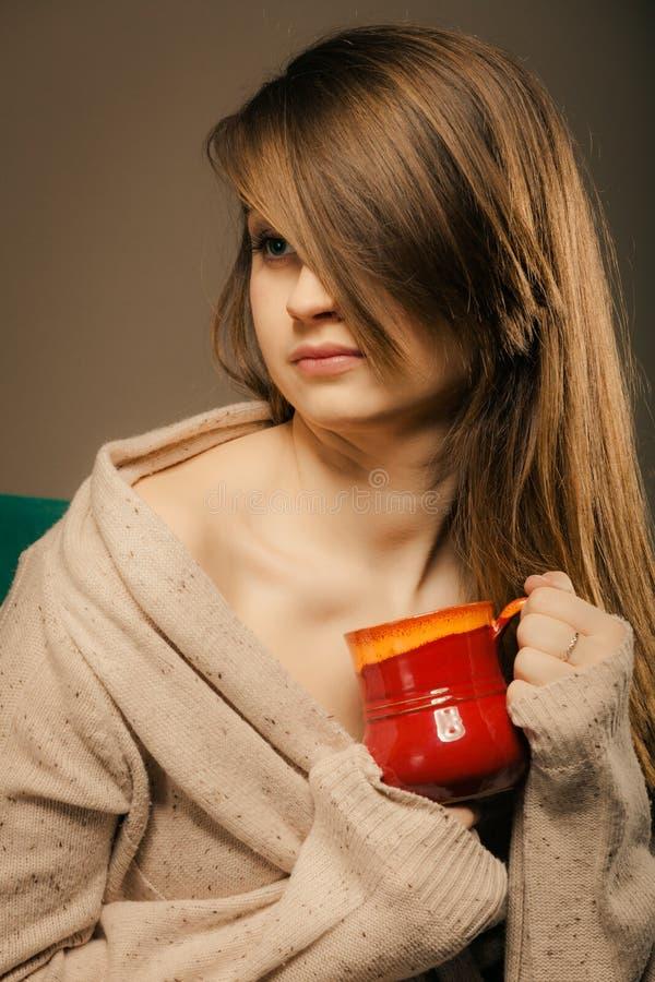 getränk Mädchen, das Schalenbecher heißen Getränktee oder -kaffee hält lizenzfreie stockfotografie