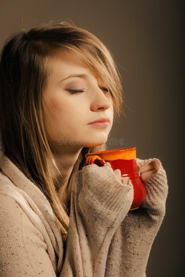 getränk Mädchen, das Schalenbecher heißen Getränktee oder -kaffee hält stockfotografie
