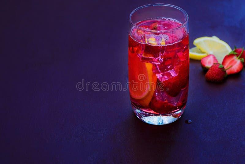 Getränk mit Eis von den Erdbeeren auf einem dunklen Hintergrund Frisches Erdbeerecocktail Frisches Sommercocktail mit Erdbeere un lizenzfreie stockbilder