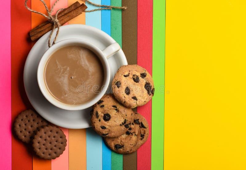 Getränk mit Koffein oder Kakao mit Milch Kaffee auf buntem positivem Hintergrund, Draufsicht Tasse Kaffee mit Milch oder lizenzfreie stockbilder