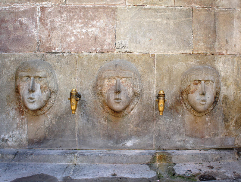 Getränk-Wasserquelle der antiken Straße in Barri Gotic, Barcelona lizenzfreie stockfotos