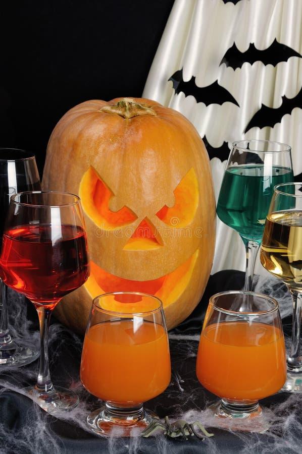 Getränke auf dem Tisch zu Ehren Halloweens stockfotos