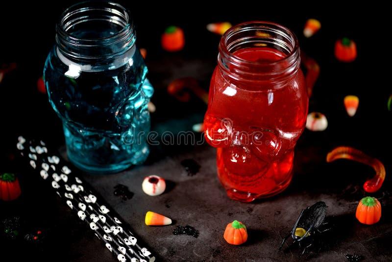 Getränke für den Feiertag von Halloween im Schädelglas stockfotos
