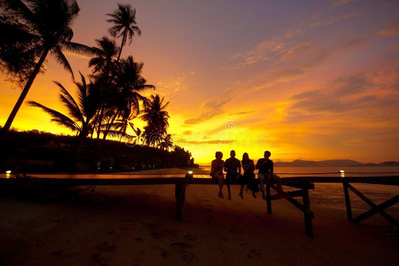 Getränke am Sonnenuntergang lizenzfreie stockfotografie