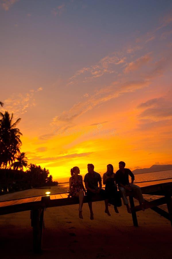 Getränke am Sonnenuntergang lizenzfreie stockbilder