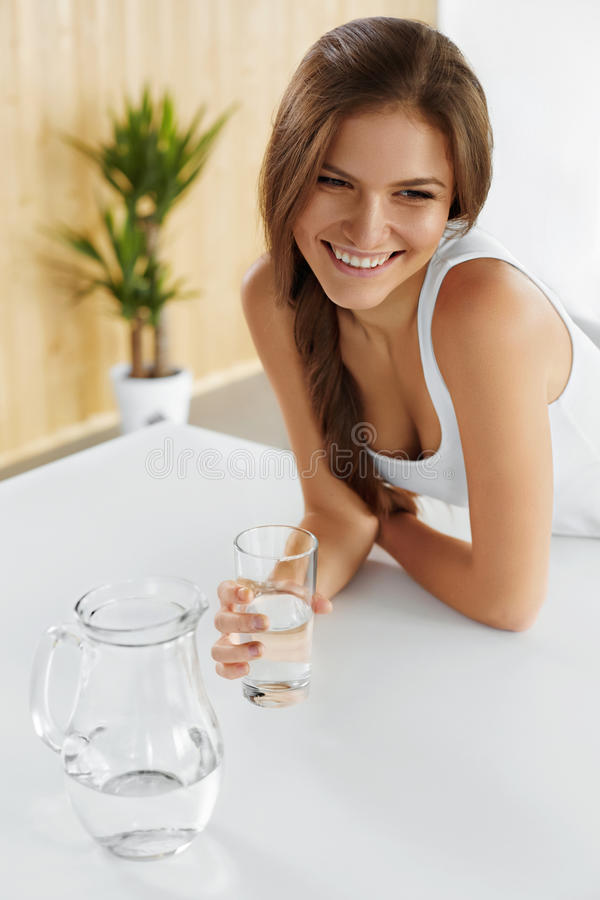 getränke Trinkwasser des glücklichen Mädchens Gesundheitswesen Gesunder Lebensstil lizenzfreie stockfotos