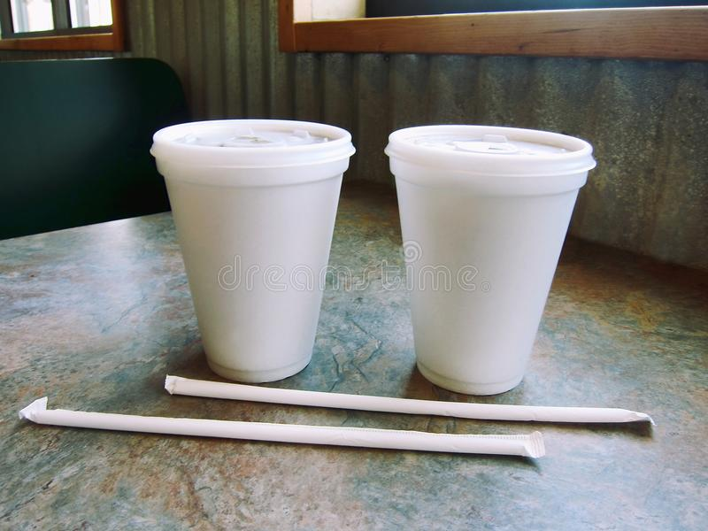 Getränkealkoholfreies Getränk und Trinkhalmstyroschaumplastikschale an einer Restaurantrestaurantbar stockfotografie