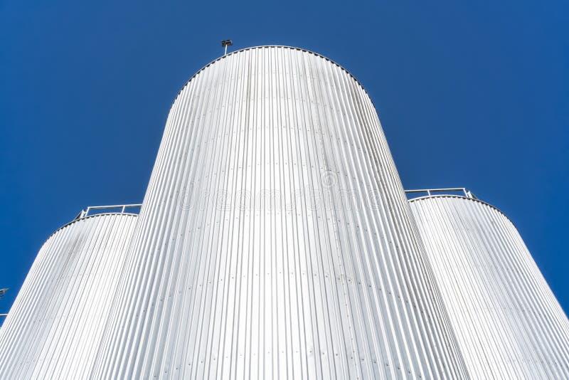 Getränkefabrikzylinder Mit blauem Himmel lizenzfreie stockbilder