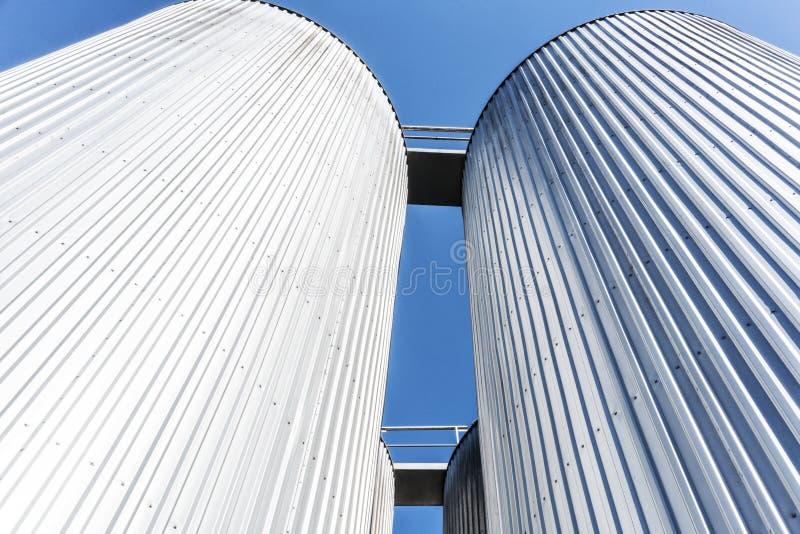 Getränkefabrikzylinder Mit blauem Himmel stockfotografie