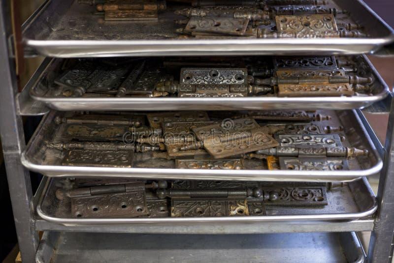 Getrübte Scharniere trocknen auf Fach in einem Buchbinderstudio aus stockbild