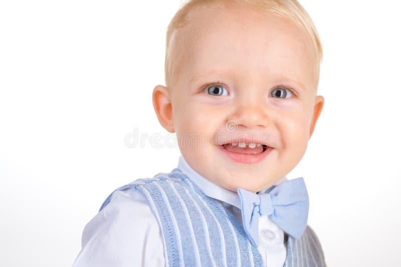 Getragen, modern zu sein Jungenkind mit Modeblick Kleines Baby in der modernen Abnutzung Kleines Kinderglückliches Lächeln Art un stockfotos