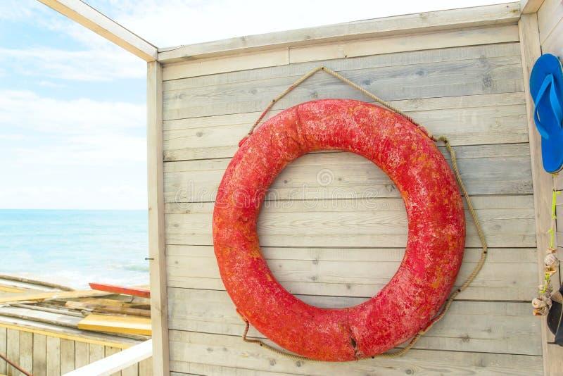 getragene Rettungsleine auf der Wand des Strandumkleideraums, Weinlesesommerentwurf stockfotos