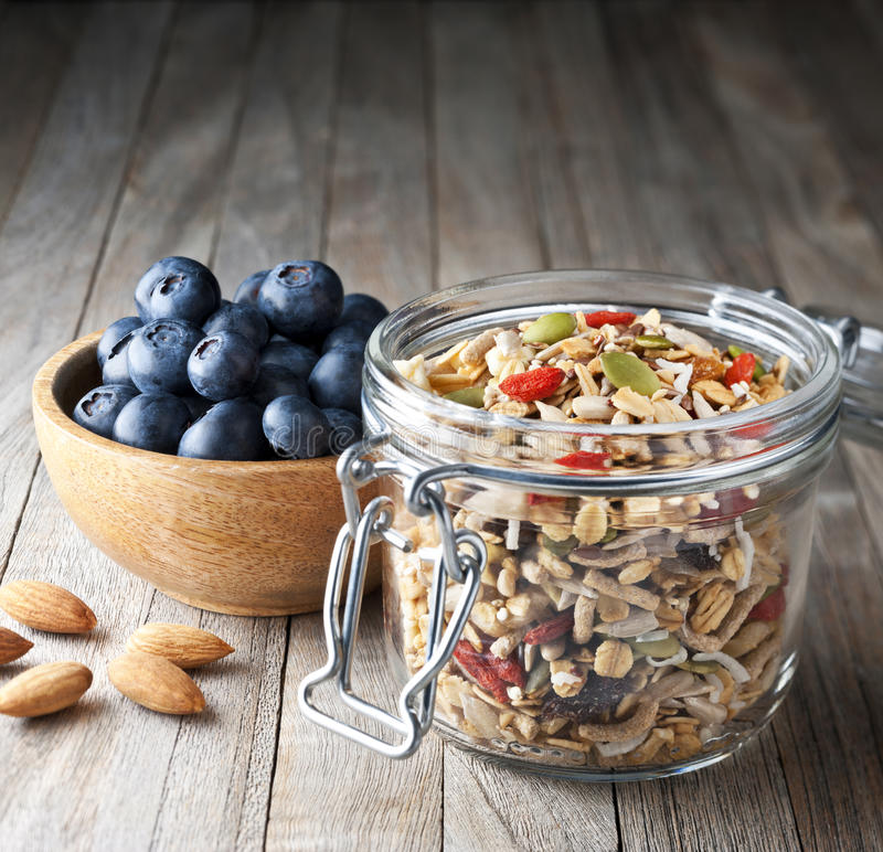 Getreide-Blaubeergranola Muesli-Glas lizenzfreie stockfotos