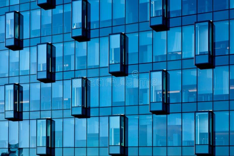 Getreide des neuen transparenten Geschäftszentrums der blauen Wand lizenzfreie stockfotografie