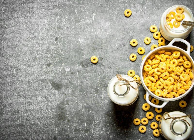 Getreide-Eignungstab für Diät Mais-Getreide mit Milch stockbilder