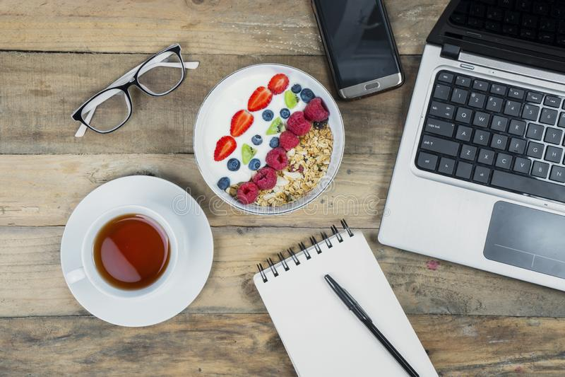 Getreide mit Schale heißem Tee auf Arbeitsschreibtisch stockfotos