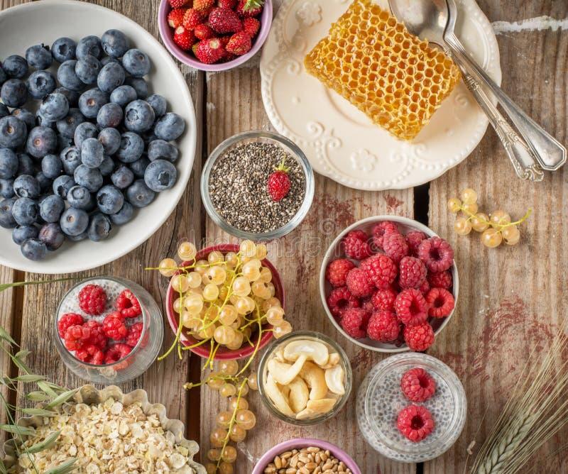 Getreide und verschiedene köstliche Bestandteile für lizenzfreie stockbilder