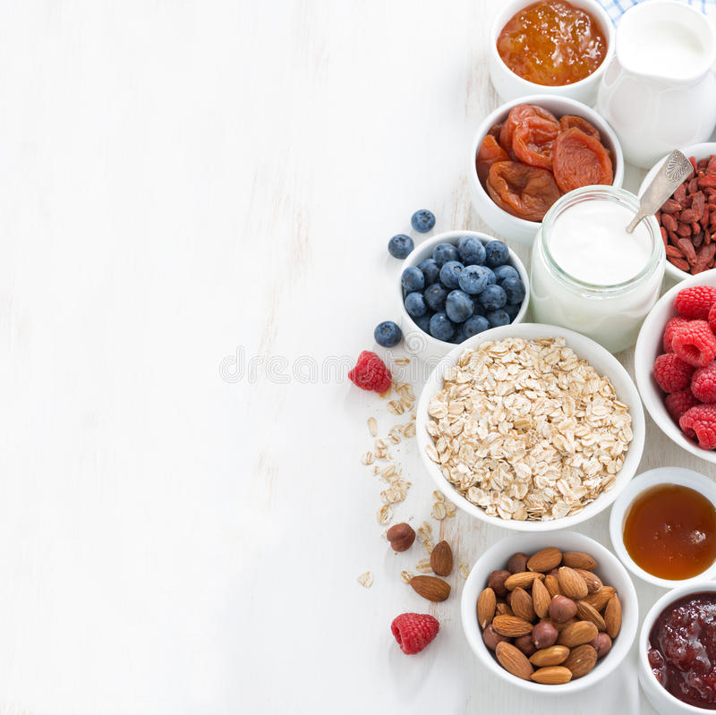 Getreide und verschiedene köstliche Bestandteile zum Frühstück stockfotografie