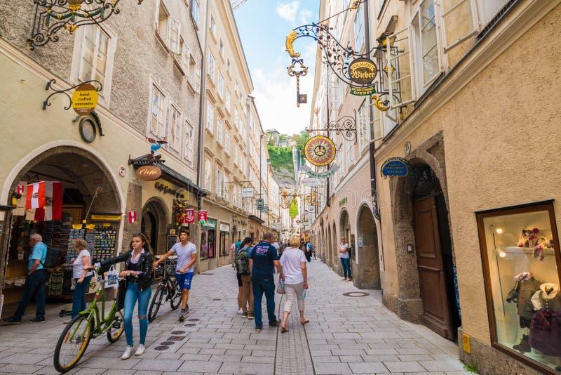 Getreidegasse - rue de achat piétonnière dans la vieille ville de photos stock