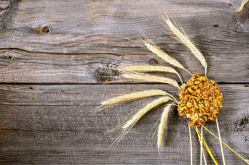 Getreidekuchen und -ohren lizenzfreies stockfoto