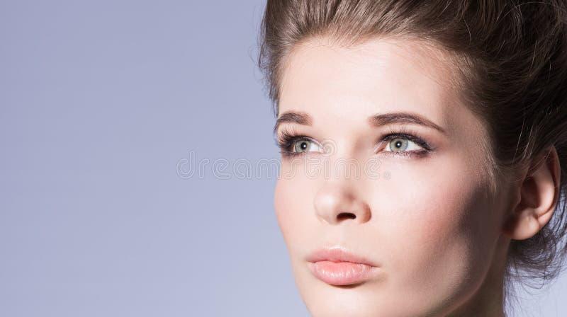 Getrennt auf Weiß Nahaufnahmegesicht einer schönen jungen Frau mit Berufsmake-upakt stockfotografie