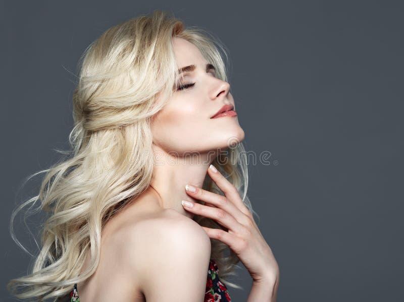 Getrennt auf Weiß Schöne Frau, die ihren Stutzen berührt lizenzfreie stockfotografie