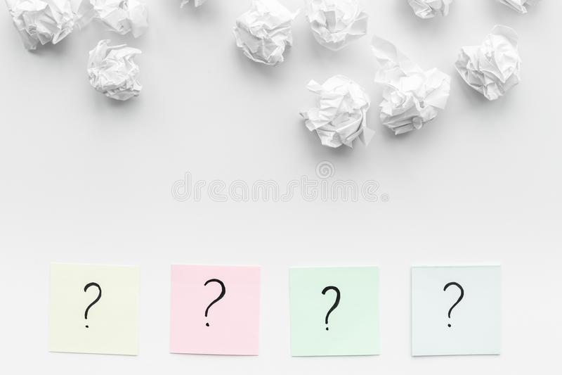 Getrennt auf weißem background Fragezeichen auf klebrigen Anmerkungen nahe zerknitterte Papier auf weißem Draufsicht-Kopienraum d stockfoto