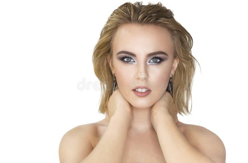 Getrennt auf Weiß Schöne blonde Frau mit perfekten frischen Haut und dem Haar mit nass Effekt stockfotografie
