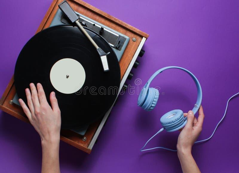Getrennt auf Wei? Weiblicher Handgebrauchs-Vinylspieler lizenzfreie stockfotografie