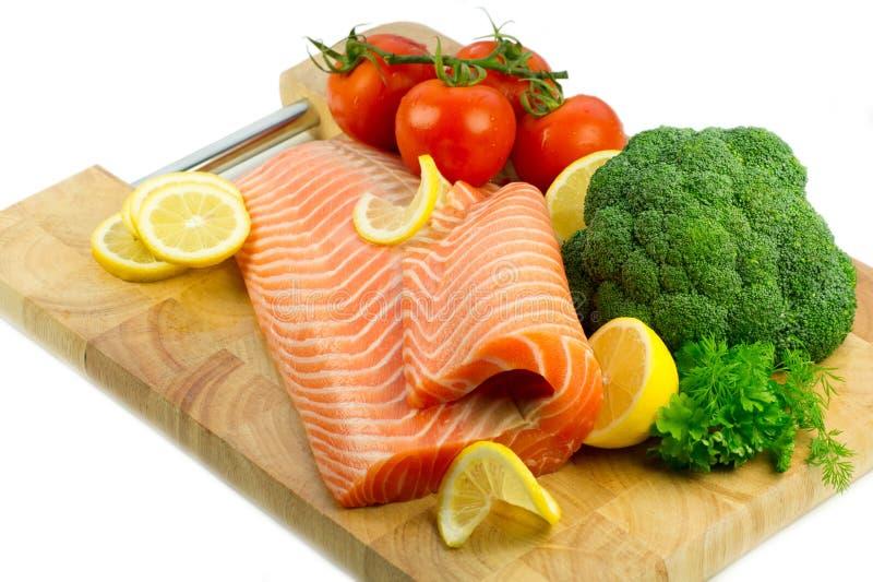 Getrennte frische rohe rote Fische mit Gemüse stockbild