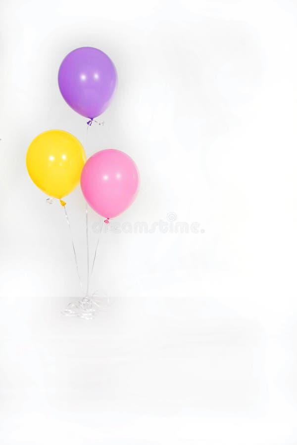 Getrennte Geburtstagsfeier-Ballone auf Weiß stockbilder
