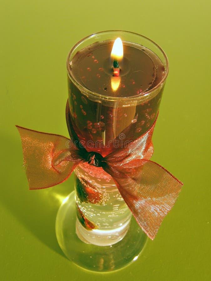 Getrennte rote Kerze lizenzfreie stockbilder